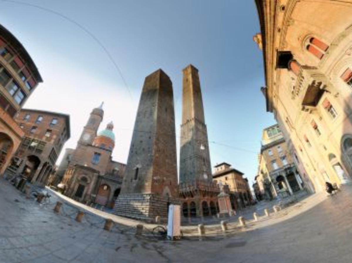 塔,鐘樓-波爾塔拉韋格納納廣場和兩座塔